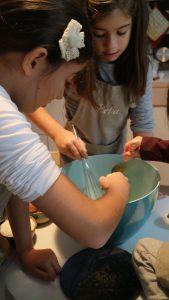 bambine in preparazione del plumcake