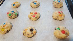 biscotti con gli smarties sulla teglia da forno