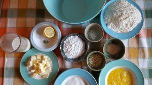 ingredienti burro farina zucchero uova limone in ciotoline su un tavolo