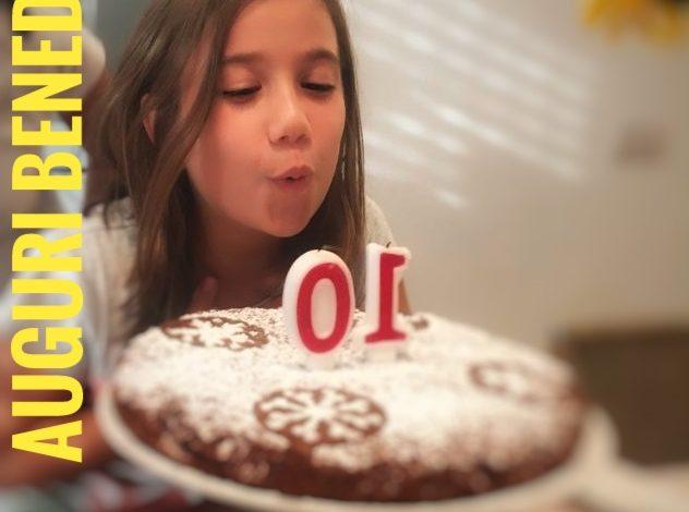 bambina che soffia le candeline del compleanno